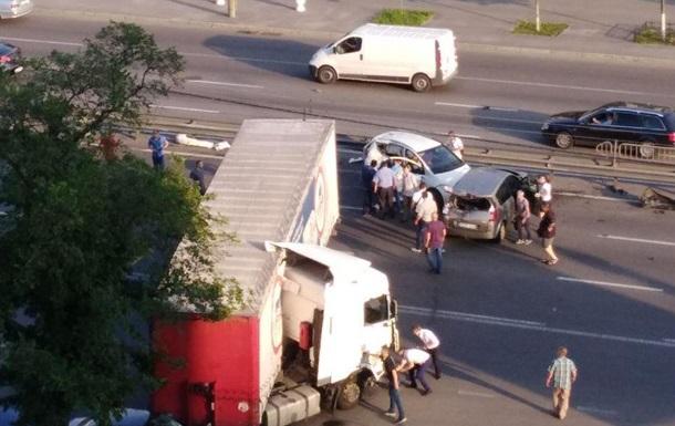 В Киеве на проспекте Победы масштабное ДТП