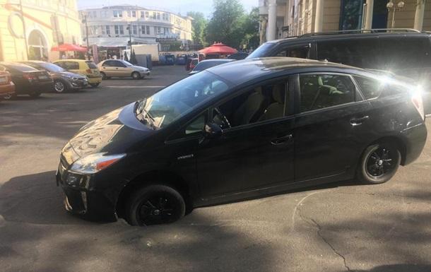 У центрі Одеси провалилася машина