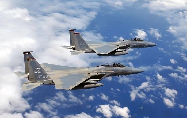 Два японські винищувачі ледве не зіткнулися з пасажирським літаком