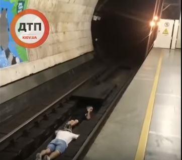 В Сети показали, как подростки прыгают под колеса поезда в метро Киева