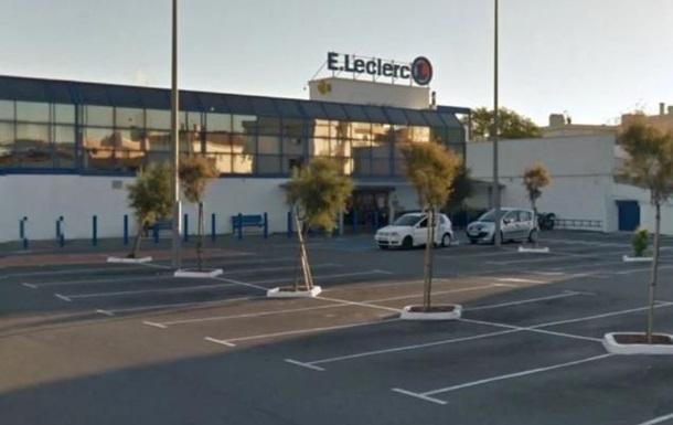 Во Франции женщина бросилась с ножом на людей в супермаркете