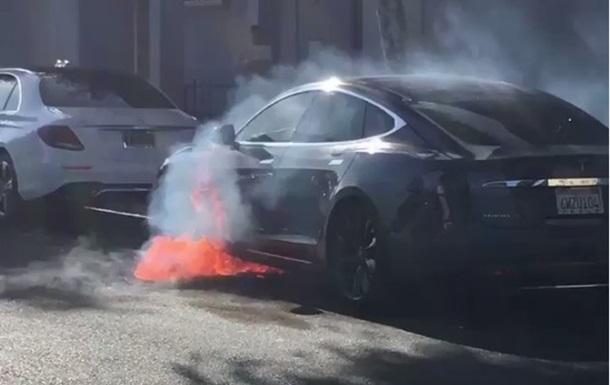 ВСША впериод движения зажегся электромобиль Tesla