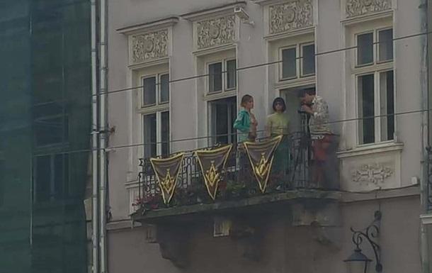 У Львові навпроти міськради влаштували оголену фотосесію