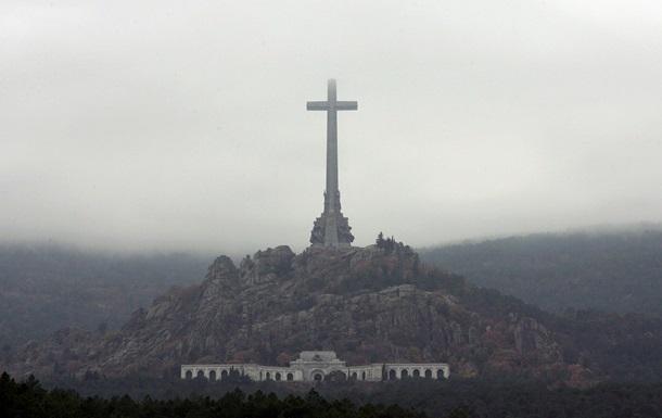 В Испании захоронят останки диктатора Франко