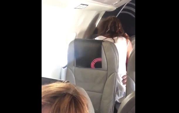Парочка занялась сексом прямо в салоне самолета