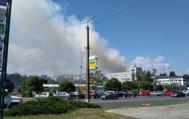 Під Києвом горить житловий будинок