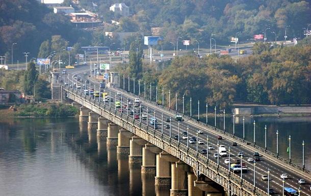 В Киеве до конца лета ограничили движение по мосту Патона