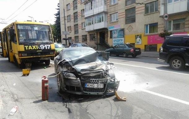В Тернополе столкнулись три легковых авто и две маршрутки