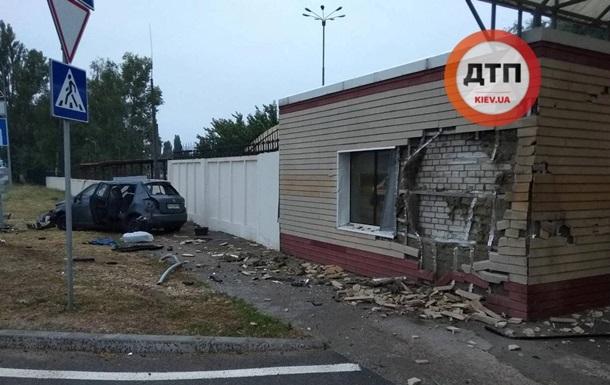 У Борисполі таксі на швидкості протаранило будинок