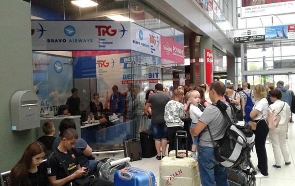 В аэропорту Киев застряли почти 100 туристов