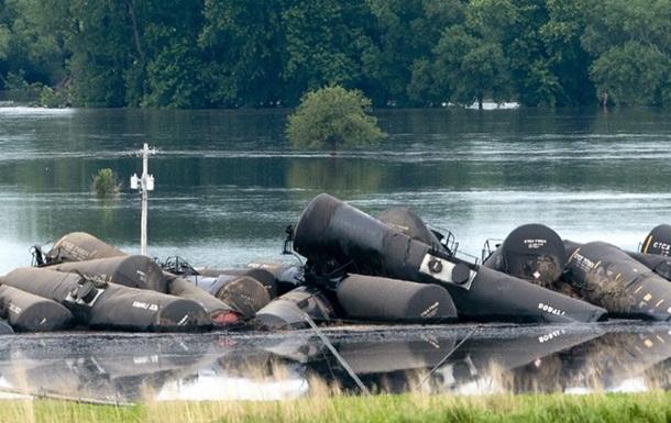 В США при крушении грузового поезда произошла утечка нефти