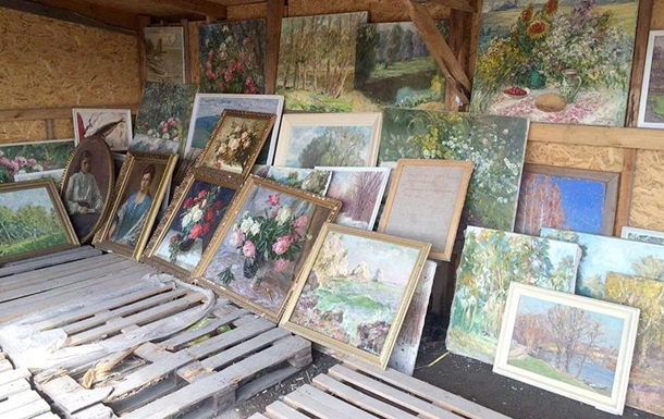 У Новотроїцькому водій намагався перевезти картини на три мільйони