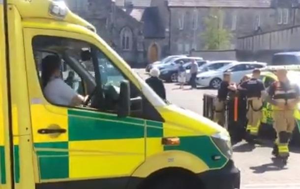 В Ірландії авто в їхало в групу людей біля церкви