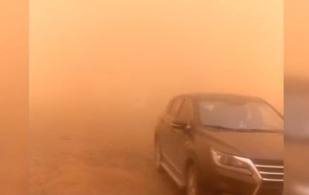 Північ Китаю накрила піщана буря