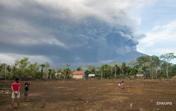 На Бали закрыли аэропорт из-за активизации вулкана Агунг
