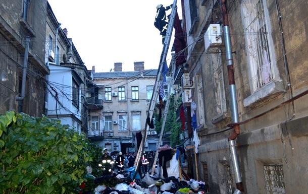 В Одессе горела квартира, заваленная мусором