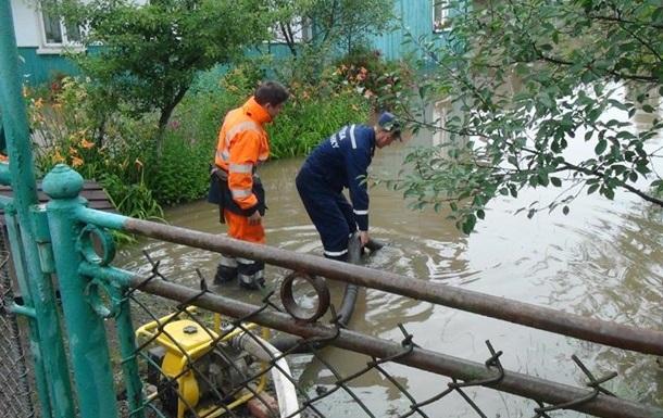 Майже 30 разів упродовж минулої доби прикарпатські рятувальники виїжджали на виклики прикарпатців, щоб відкачати воду із затоплених обійсть