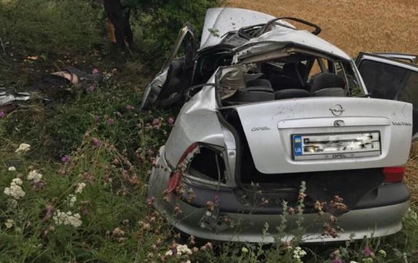 Під Миколаєвом авто влетіло в дерево: є загиблі