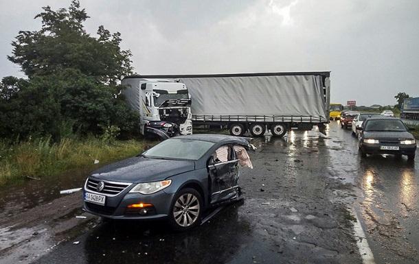 На трасі Київ-Чернігів автомобіль розірвало навпіл