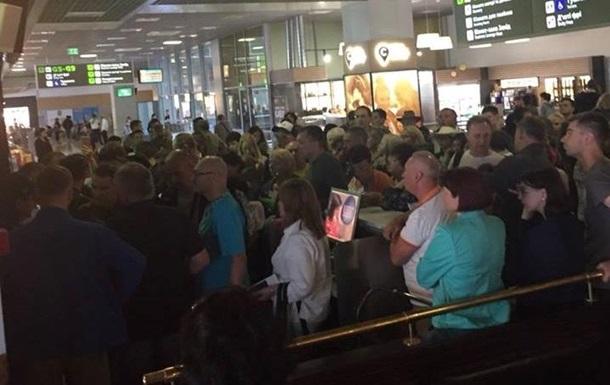 В аеропорту Київ застрягли тисячі туристів
