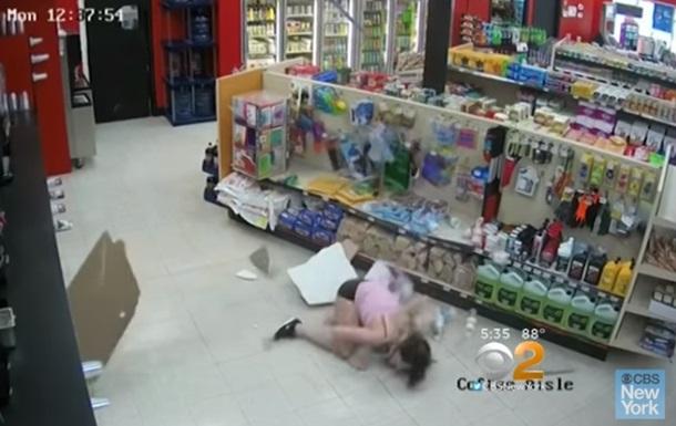 Жінка, що тікала від поліції, впала зі стелі й попалася