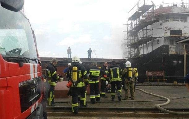 На заводе в Херсоне загорелось судно