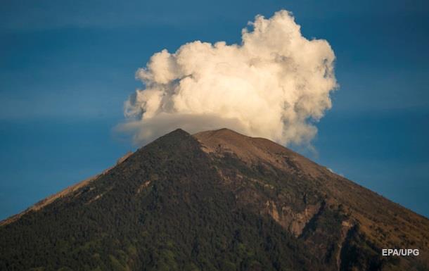 На Бали началось повторное извержение вулкана