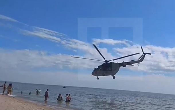 В Мариуполе вертолет летел над головами отдыхающих