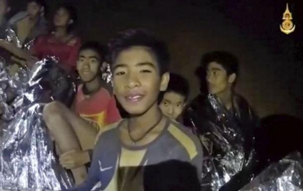 Детей, застрявших в таиландской пещере, учат подводному плаванию