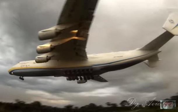 Найбільший літак світу пролетів на наднизькій висоті