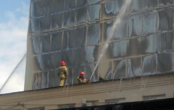 В Киеве горит комбинат