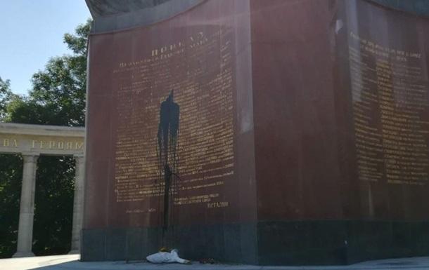 У Відні втретє за півроку облили фарбою пам ятник радянським воїнам