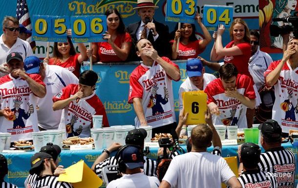 Американец съел рекордное количество хот-догов