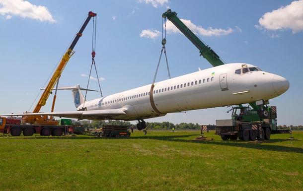 Літак, що викотився за злітно-посадкову смугу, утилізують