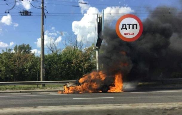 В Киеве сгорел автомобиль