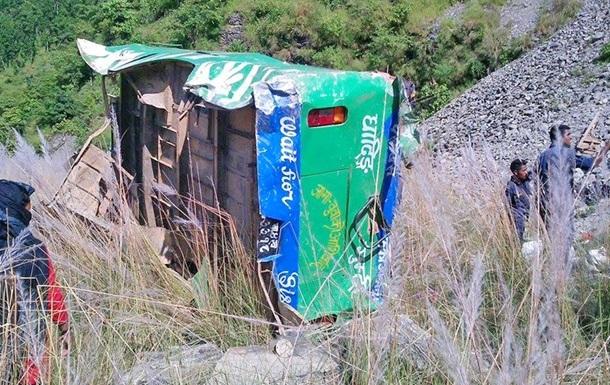 Падіння вантажівки в обрив у Непалі: 20 загиблих