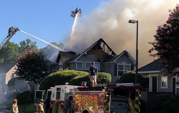У США вертоліт упав на житлові будинки