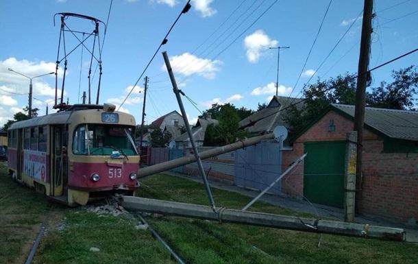 В Харькове трамвай снес элетроопору