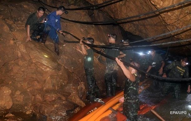 Усіх, хто лишився в таїландській печері, піднімуть одночасно