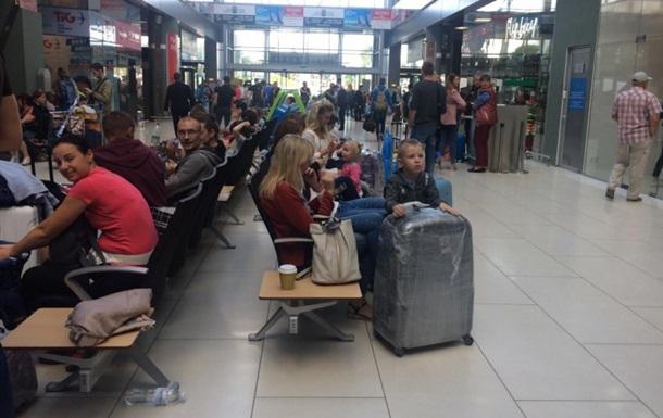 В аеропорту Києва туристи добу чекають на рейс до Єгипту