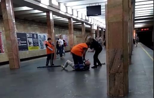 В киевском метро полицейский дубинкой избил мужчину