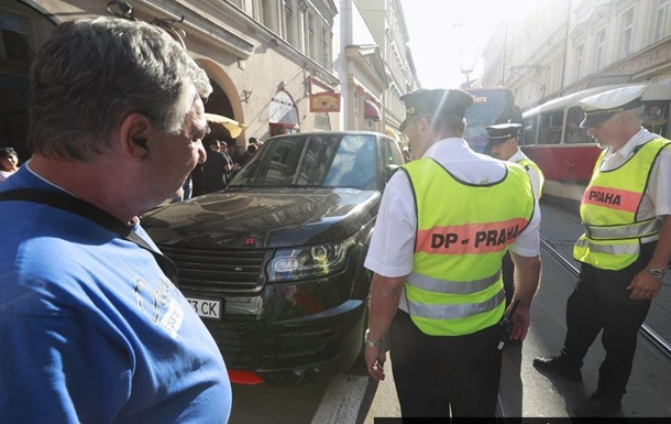 У Празі авто з українськими номерами заблокувало трамвай