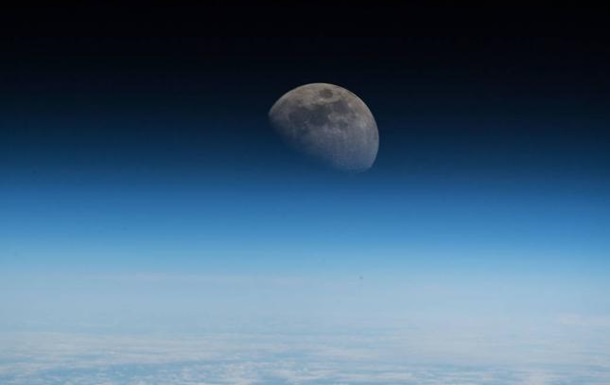 NASA показало красочный снимок снятой с МКС Луны