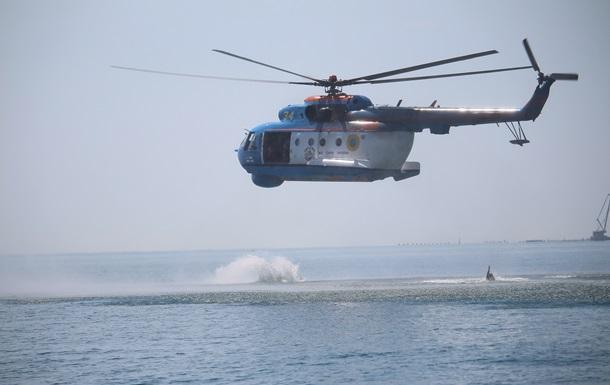 Пограничники отработали прыжки с вертолета в море без парашюта