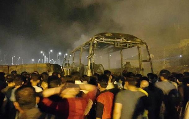Зіткнення автоцистерни з автобусом в Ірані: десятки загиблих
