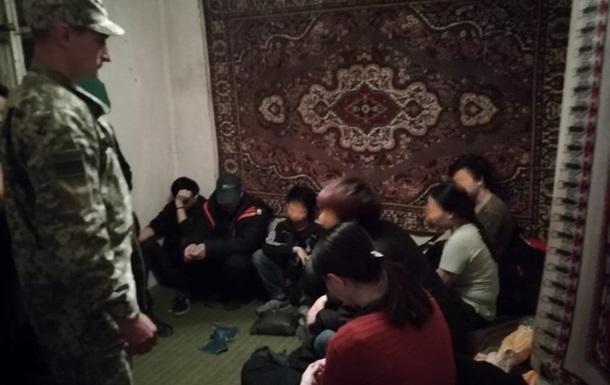 На Закарпатті затримали 13 в єтнамців-нелегалів