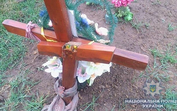 В Одесской области подросток сломал 54 креста на кладбище