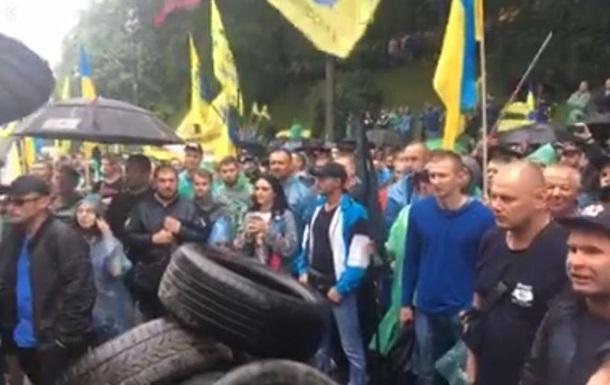 Протестующие принесли под Кабмин шины