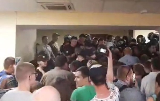 Потасовка в Киевсовете: пострадал правоохранитель