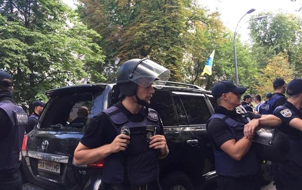Протестувальники під Радою розбили авто депутата